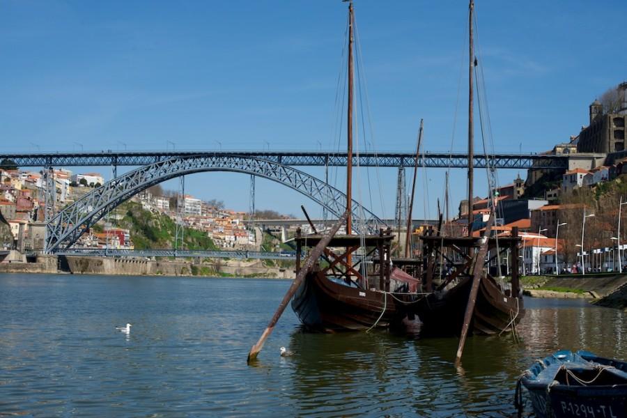 Puente y barcos en la Ribeira
