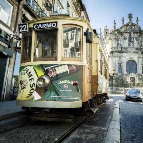 Torre De Los Clérigos Y Tranvía En Oporto